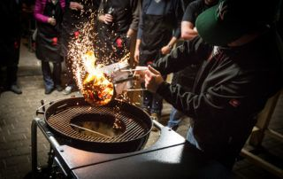 Stephan Zwikirsch kippt die Glut in den Grill