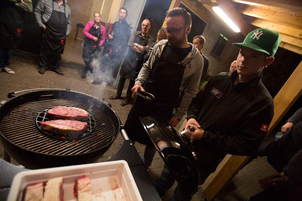 Teilnehmer grillt Steaks mit Stephan Zwikirsch