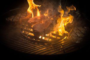 Steaks in Flammen