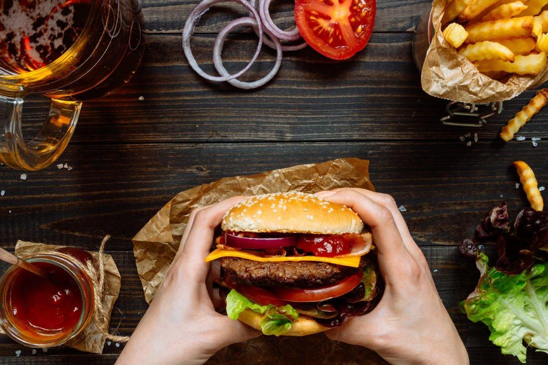 Saftiger Burger mit Beef, Tomaten, Cheddar und Zwiebeln